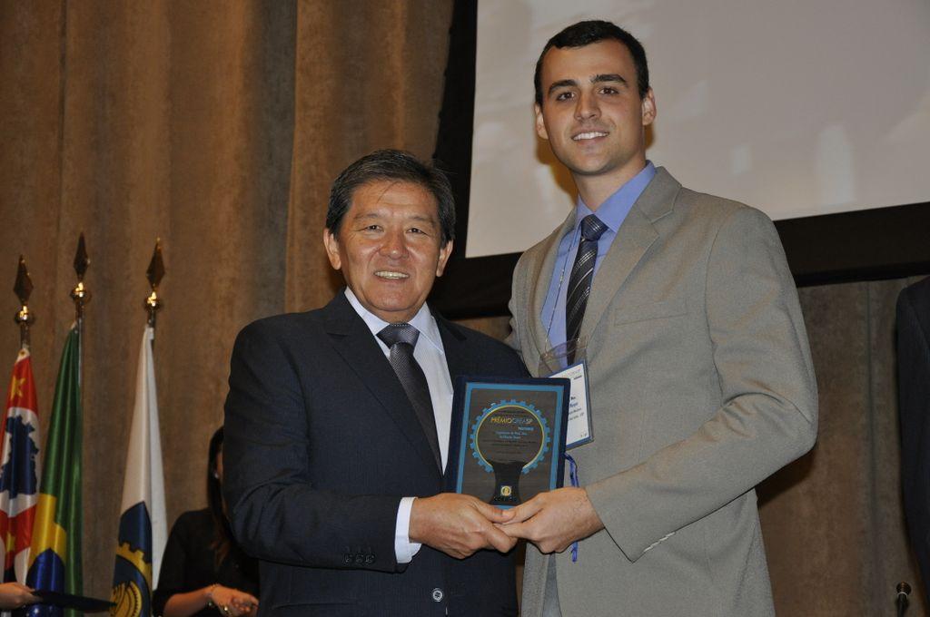 Guilherme Meyer recebe o prêmio entregue pelo presidente do Crea-SP, Francisco Kurimori. Foto: Divulgação Crea-SP.